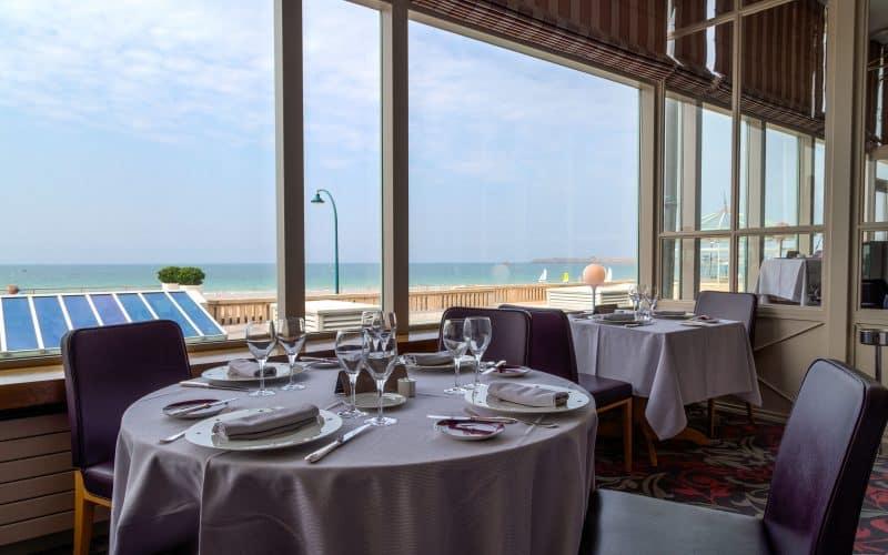 Une table vue mer
